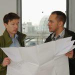 Das Planer-Team: Uzin-Fachberater Dirk Hohenhaus (links) und Fachbauleiter Ingo Döring (rechts) besprechen das Bodenkonzept in den 250 Zimmern und den allgemein zugänglichen Bereichen des Hotels.
