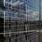 Die PV-Zellen sind geschützt in einen Verbundglasaufbau aus Einscheibensicherheitsgläsern und PVB-Folie eingebettet. Die technisch anspruchsvolle Fassadenkonstruktion wurde von Schüco Partner Metallbau Willy Schuler modular vorgefertigt und vor Ort montie