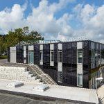 """Laborgebäude auf dem Firmengelände der OTTO FUCHS KG in Meinerzhagen: Ein Gebäude, das seine """"technische"""" Funktion durch eine multifunktionale Gebäudehülle sichtbar werden lässt. Bemerkenswert ist die bauwerkintegrierte Photovoltaik (BIPV), die mit Ausnah"""