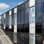 Das Laborgebäude – derzeit bestehend aus Erdgeschoss und Untergeschoss – ist modular konzipiert und kann optional um zwei weitere Obergeschosse und eine horizontale Erweiterung ergänzt werden. Das Büro OttenArchitekten entwickelte mit dem Bauherrn das Geb