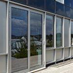 Großflächige zweiflügelige Türsysteme ermöglichen  problemlosen Zugang und Anlieferung von sperriger Laborausstattung und Prüfkörpern (Schüco ADS 75.SI).