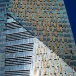 Den Kontrast zu den reflektierenden Sonnenschutzver-glasungen bilden feststehende Sonnenschutz-Paneele mit brillantgoldenen, transluzenten Flächen. Anzahl und Arrangement der Beschattungsflächen stehen in Abhängigkeit von Bedarf und Ausrichtung der jeweil