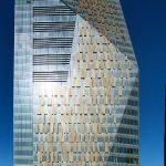 Die Kombination von senkrechten und geneigten Fassadenflächen prägt das geschliffene Design des obeliskförmigen Büroturms (Elementfassade Schüco UCC 65 SG).