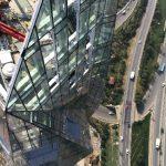 """Die """"Krone"""" des Allianz Towers bildet ein großer Dachgarten (hier in der Montagephase). Er ist zusammen mit weiteren exponiert platzierten """"Sky Gardens"""" in das grüne Klimakonzept des Gebäudes eingebunden."""