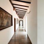 Klare Linien und glatte Oberflächen prägen den Raumeindruck im generalsanierten Kapuzinerkloster. Für die behagliche und trockene Atmosphäre sorgt die Wandtemperierung in der Putzschicht.