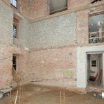 Der vollständig entkernte Eingangsbereich lässt erahnen, welche verschiedenen Mauerwerksqualitäten die Putzer vorfanden. Die sorgfältige Reinigung mit dem Sandstrahl und das Aufbringen des Vorspritzers gewährleisten jedoch eine sichere Haftung des Putzauf