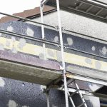 Den Brandschutzvorschriften entsprechend sind umlaufende Brandriegel aus Polyurethan in die Fassadendämmung integriert.