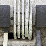 Die Erdwärme gelangt per Wärmepumpe in die Keller und wird mit vertikal verlegten Rohrleitungen am Gebäude nach oben zu den Stockwerken geführt. Das Rohrleitungssystem wurde dazu innerhalb des WDVS montiert und nach außen zusätzlich gedämmt und verputzt.
