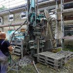 Bis zu 100 Meter tief wurde gebohrt, um die Erdwärme im oberflächennahen Geothermieverfahren durch Spezialsonden zu gewinnen.