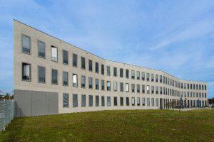 In einer Zickzack-Linie präsentiert sich das 55 m lange und zwölf Meter hohe Bürogebäude im Gustav-Stresemann-Weg 31 in Münster.