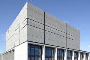 Auf einer Fläche von insgesamt 20.000 Quadratmetern verkleidet FACID die Fassaden am Flughafen Berlin-Brandenburg.