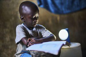 In Regionen ohne Elektrizität ermöglicht die Natural Light-Leuchte den Menschen auch im Dunkeln zu arbeiten und zu lernen.