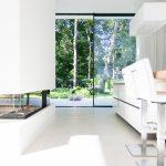 Sowohl die hohe Transparenz als auch die große Öffnungsweite lässt den Außenraum zum Teil der Architektur werden.