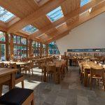 Der sonnendurchflutete Innenraum, in dem Holz, Glas und Naturstein in puristischer Form dominieren, bietet den Salus-Mitarbeitern eine erholsame und wohltuend entspannte Atmosphäre
