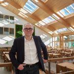 """Architekt Dipl.-Ing. Hartmut Hinz: """"Mit dem Modularen Oberlicht-System der Firma Velux haben wir ein Produkt gefunden, das haargenau unseren Vorstellungen für die nach Süden geneigte Dachfläche entsprach. So konnten wir ein Maximum an Transparenz, gepaart"""