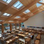 Seine hohe Aufenthaltsqualität bezieht der tageslichtdurchflutete Raum aus der nach Süden orientierten Glasfassade und der großzügigen Belichtung durch vier Lichtbänder des Velux Modularen Oberlicht-Systems.