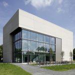 Eine großflächige, leicht eingeschobene Glasfassade öffnet das Lehrgebäude in Richtung Campusplatz.