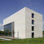 Um der Fassade einen individuellen Charakter zu verleihen, wurden die Betonfertigteilplatten über eine horizontale Teilung im Geschossdeckenverlauf gegliedert.