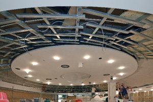 Decke des Plenarsaales in der Bauphase: Zuerst wurden die Unterkonstruktionen komplett ausgerichtet und erst zum Schluss die Akustikplatten angeschraubt.