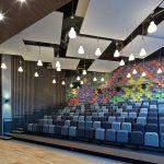Auch die Architekten der ukrainischen Novopecherskaya Schule haben sich für Akustiklösungen von Knauf AMF in Form quadratische Deckensegel entschieden.