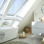 """Beim Baden den Blick in den Himmel genießen: Die Velux Systemlösung """"Quartett"""" mit den großen Fensterflächen vom Boden bis zur Decke macht es möglich."""