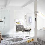 Mit marokkanischem Flair präsentiert sich dieses Dachgeschoss-Bad. Als Bodenbelag wurden zweifarbige Zementfliesen mit orientalischem Muster verlegt, die sich im Spiel von Licht und Schatten perfekt in Szene setzen.