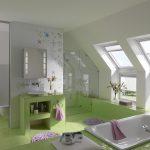 Für mehr Lichteinfall und Ausblick auch für die Kleinsten kann bei Bädern in Dachgeschossen mit Kniestock die Fensterfläche unterhalb des Dachfensters mit einem feststehenden Zusatzelement bis auf den Boden verlängert werden.