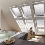 Bei entsprechender Statik ist auch Luxus pur im Dachgeschoss möglich, wie sich an diesem Bad mit Whirlpool zeigt. Für viel Tageslicht und einen wunderschönen Blick auf die Stadt sorgen dabei drei Velux Lichtbänder und drei Velux Integra Elektrofenster, di