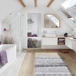 Bei diesem großzügigen Bad en suite sorgen Schwingfenster für viel Tageslicht und ein schnelles Entweichen der feuchten Luft.