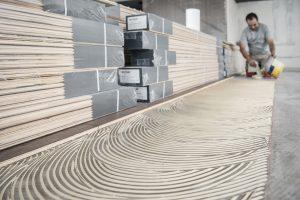 Eine zeitliche  Herausforderung auch für den Klebstoff: Der Uzin MK 200 ist schnellanziehend und hartelastisch mit schnellabbindender Riefe. Er begrenzt Holzverformungen und ermöglicht optisch ansprechende Flächen.