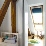 Durch die Lichtbänder von Velux kann selbst die kleine Tochter schon im Krabbelalter bequem aus dem Fenster schauen.