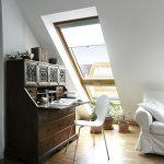 Der natürliche Lichteinfall und besonders viel Tageslicht durch die Lichtbänder von Velux sorgen dafür, dass Lesen und Arbeiten unterm Dach Spaß machen.