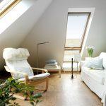 Dank einer Systemlösung von Velux mit Dachfenstern in verschiedene Himmelsrichtungen ist aus dem alten Dach eine Wohlfühl-Oase geworden.