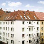 Das Dach des Mehrfamilienhauses aus dem Jahr 1938 in Hannover-Linden wurde mit zahlreichen Velux Fenstern ausgebaut.
