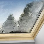 Kondenswasser an den Fenstern kann ein erstes Anzeichen für zu hohe Luftfeuchtigkeit sein.
