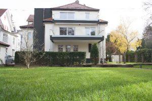 Im schwäbischen Kirchheim Teck wurde eine Stadtvilla aus den 1920er-Jahren umfassend modernisiert und energetisch saniert. Die Bauherrin legte bei der altersgerechten Renovierung Wert auf umweltfreundliche Baustoffe und barrierefreie Böden.
