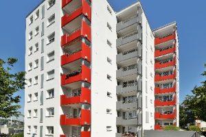 Die wertsteigernde Modernisierung der Immobilie sorgt für Wohnqualität und Energieeffizienz nach heutigen Vorstellungen – ohne jedoch architektonisch die Erbauungszeit der Wohnanlage in den 1970er-Jahren zu verschweigen