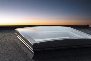 Das Velux Flachdach-Fenster Konvex-Glas überzeugt mit elegantem Design und fügt sich hervorragend in die Dächer von Wohngebäuden und Büros ein.