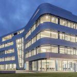 Qualität, Zuverlässigkeit und Mut vermittelt der markante, futuristische Neubau im Süden Magdeburgs.