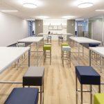 Im Innenraum wurde Wert auf großzügige Kommunikationszonen und Open-Space-Bereiche gelegt.