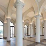 Das Foyer des Museums mutet mit seinen zahlreichen Säulen und dem sanft ausgeleuchteten Deckengewölbe fast sakral an. Von hier aus geht es in die großzügigen Ausstellungsräume.