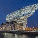 Das neue Headquarter der Hafenbehörde von Antwerpen entsteht aus dem Zusammenspiel dreier räumlicher Elemente: dem denkmalgeschützten Bestandsgebäude, einer Betonbrücke und dem vertikalen Erweiterungsbau.