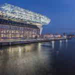 Eine gemeinsam von Architekten, Fassadenplanern und Schüco entwickelte Sonderkonstruktion der Fassade gibt dem Neubau seine spezifische Form und Oberfläche.