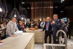 Als erster und einziger Küchenhersteller bietet LEICHT künftig architekturbezogene Farben von Le Corbusier. Über das Farbkonzept und die neuen Planungsansätze, die damit für LEICHT Küchen entstehen, wurde auf der LivingKitchen lebhaft diskutiert. Rechts d