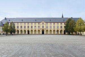 Die Sanierung und Erweiterung der dreiflügeligen Anlage aus dem 17. Jahrhundert hat die Universität Siegen direkt in die Stadt gebracht und das Untere Schloss in das öffentliche Leben integriert.
