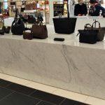 Nun fällt gerade im luxuriösen Umfeld die Materialauswahl besonders ins Gewicht, daher war konkret eine Naturstein-Oberfläche in weißem Marmor (Bianco Carrara Gioia) ausgeschrieben – eine echte Herausforderung, nicht nur angesichts der beeindruckenden Auß