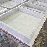 Auch die ergänzenden Warenbehältnisse kombinieren edle Carrara-Marmorflächen in Vollmaterial-Anmutung mit der komfortablen Leichtigkeit von Hybrid-Naturstein