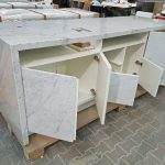 Dank des geringen Gewichts der Hybrid-Naturstein-Auflage können handelsübliche Beschläge verwendet werden. Individuelle Anpassungen (z.B. Aussparungen in der Deckplatte) sind problemlos möglich.