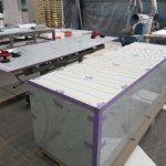 Einbaufertig vorkonfektioniert, werden die fertiggestellten Möbel transportsicher auf Paletten verpackt und zum Einbauort spediert – mitsamt ausführlichem Verlade-und Handling-Leitfaden