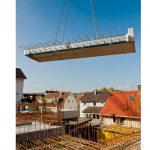 Der Balkon mit einbetoniertem Isokorb XT-Combar wird zum Einbau auf der Baustelle transportiert.